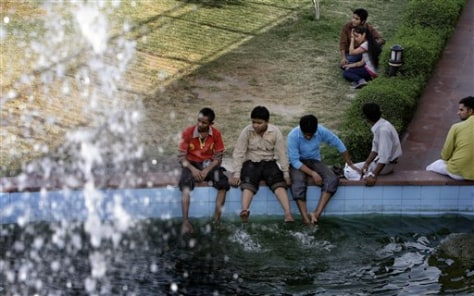 Image: Indians cool off at fountain