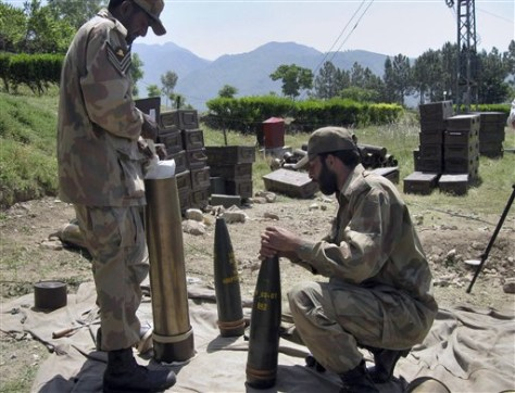 Image: Pakistani troops fix fuses on heavy artillery