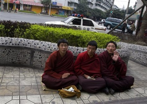 Image: Tibetan monks offer prayers in China