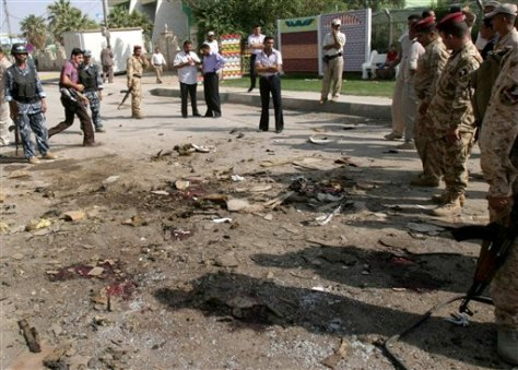 Image: Iraqi security forces inspect wreckage