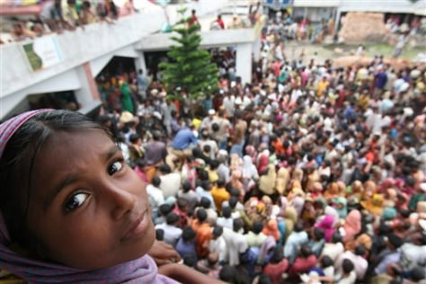 Image: Bangladeshis crowd for relief supplies