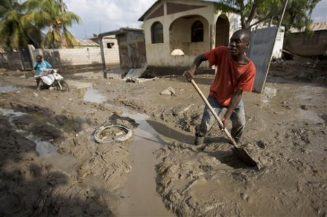 Image: Haitian removes mud