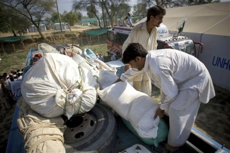 Image: Displaced Pakistanis load belongings