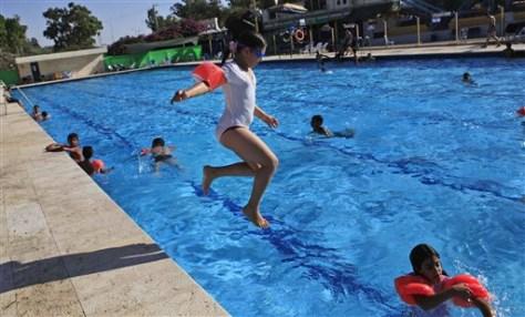 Image: Israeli children swim