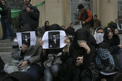 Image: Iranian students hold pictures of Khomeini