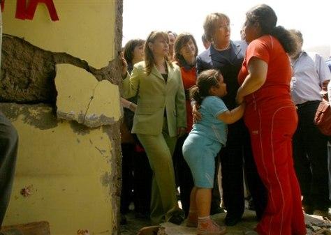 IMAGE: CHILE'S PRESIDENT AT QUAKE SCENE