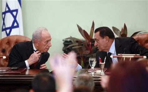 Image: Egyptian President Hosni Mubarak, right, talks to Israeli President Shimon Peres