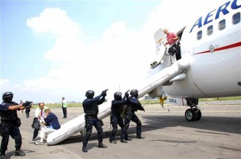 Image: Passengers get off plane