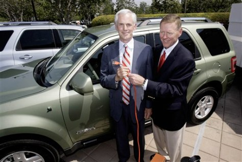 IMAGE: FORD CEO TOUTS PLUG-IN HYBRIDS