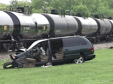 Image: Minivan hit by train