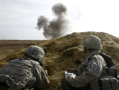Image: U.S. soldier and an explosives expert