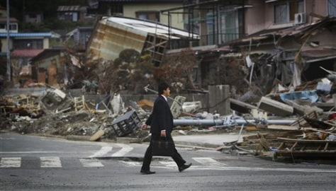 Image: Man strolls in quake-stricken area