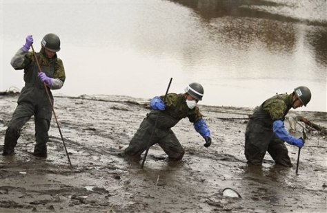Image: Japan Ground Self-Defense Force members search for missing people