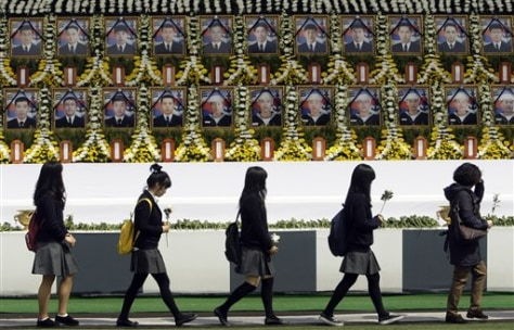 Image: South Korean mourners pay tribute to deceased
