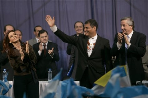 IMAGE: KIRCHNERS WITH ECUADOR PRESIDENT
