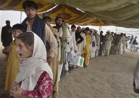 Image: Pakistanis await relief supplies