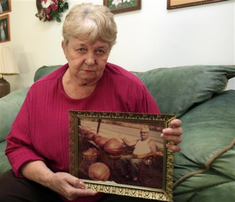 Image: Carolyn Ashburn holds photo of her father