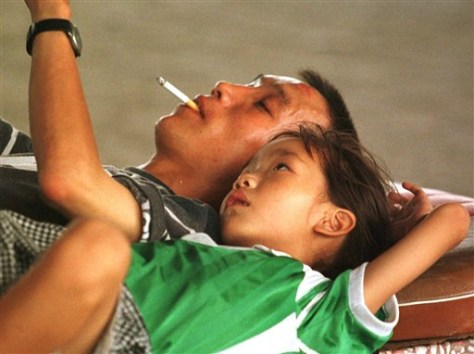 Image: Chinese man reads to his daughter