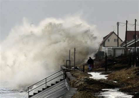 IMAGE: SEA CRASHES INTO BRITISH SHORE
