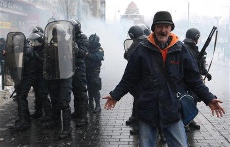 Image: Riot police in Vilnius