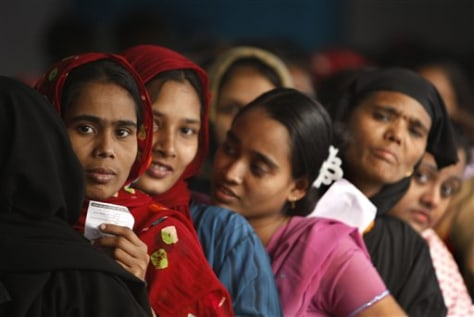 Image: Women wait to vote in Bangladesh
