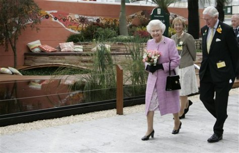 IMAGE: QUEEN AT FLOWER SHOW