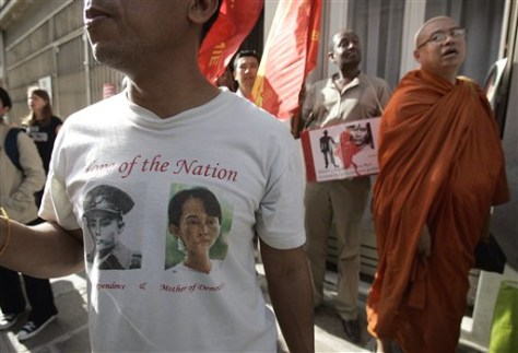 Image: Suu Kyi supporters in Paris