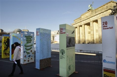 Image: Dominoes stand in front of the Brandenburg Gate