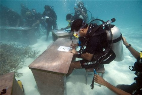 Image: Maldives Cabinet meets under water