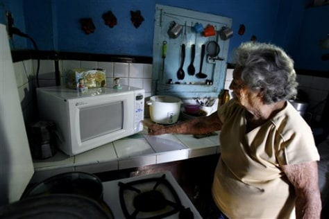 IMAGE: CUBAN USES MICROWAVE OVEN