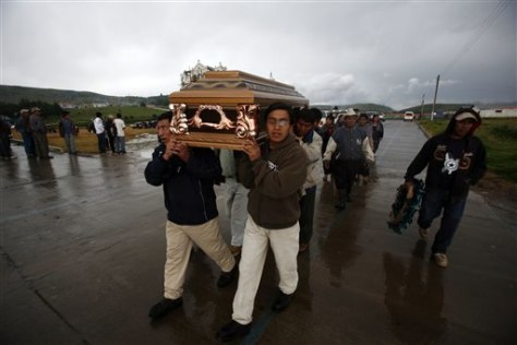 Image: Residents carry a coffin