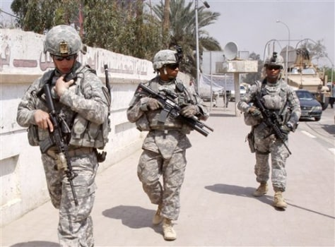 Image: U.S. troops stand guard