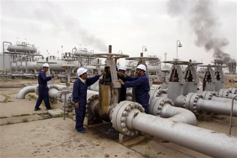 Image: Workers in Iraq oil field