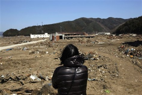 Image: Mother grieves at the school where she lost her children in the March 11 quake and tsunami