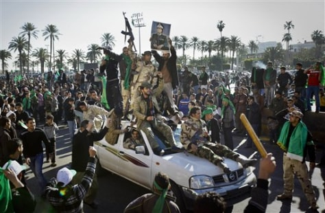 Image: Pro-Gadhafi soldiers and supporters