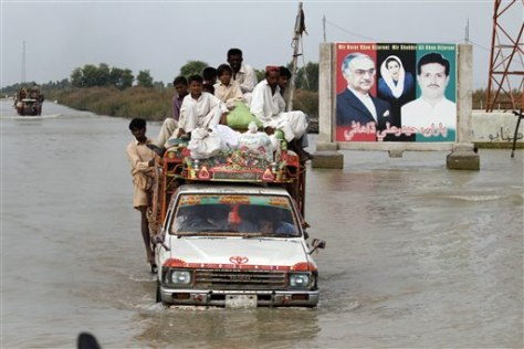 Image: Pakistani flood survivors flee