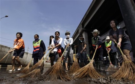 Image: Thai volunteers and city workers clean up
