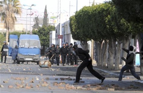 Image: Tunisian demonstrators throw stones at poilce