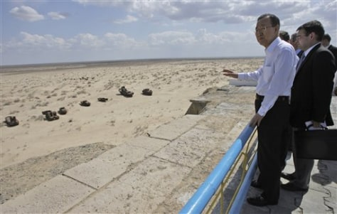 Image: UN chief views ship graveyard on sand