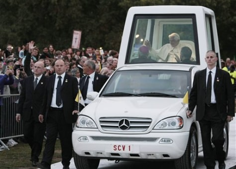 Image: Pope Benedixt XVI in popemobile