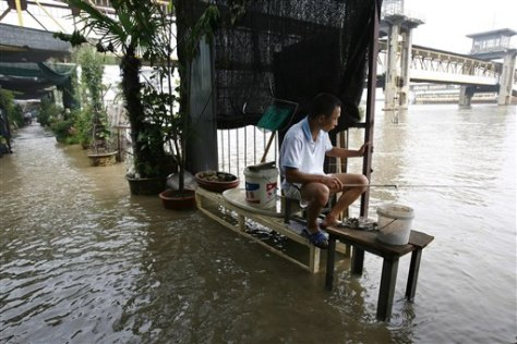 Image: Chinese man fishes in flood area