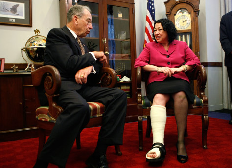 Image: Sonia Sotomayor wearing a cast