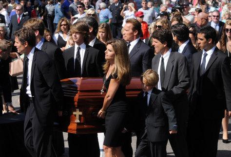 Image: Relatives carry Shriver's casket