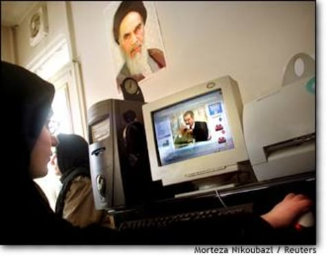 Image: Iranians read news on Iraq