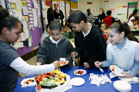Image: Students try healthy foods