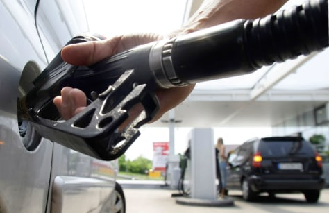 Image: A customer fills up his petrol tank at a petrol station in Munich