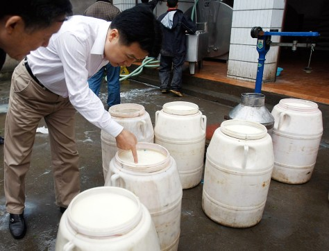 Image: Checking milk in China