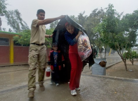 Image: Mexican soldier helps family