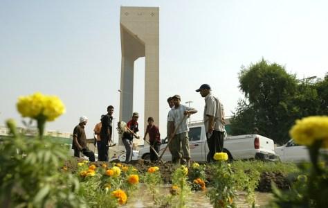 Image:Iraqi municipality workers