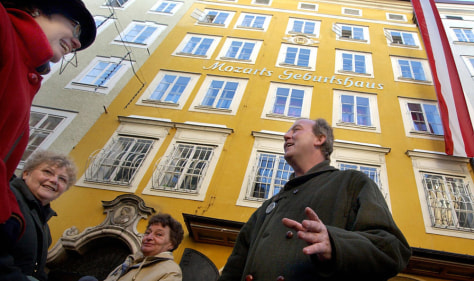 Image: A tourist guide tells stories about Mozart